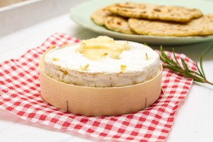 garlic baked camembert with rosemary flatbreads allthatimeating (2 of 3)