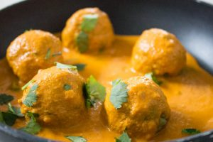 Spinach and Potato balls with curry sauce